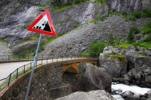 Verkeersbord: pas op voor vallende stenen