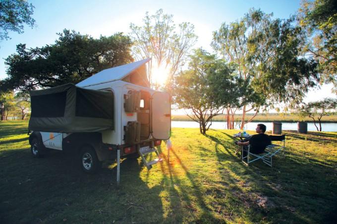 Matthijs bij zijn camper in Namibië