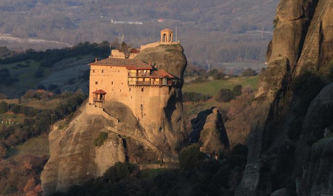 Ghios Nikolaos klooster op rots roadtrip