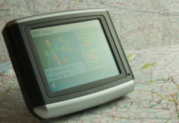 Hoe boek ik een navigatiesysteem bij de huurauto?
