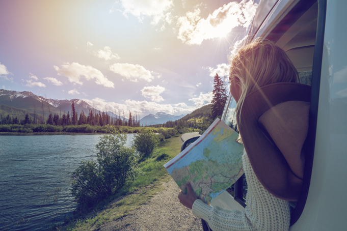 Vrouw met wegenkaart