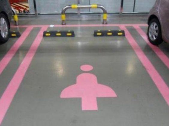 Vrouwenparkeerplaats voorkomt schade