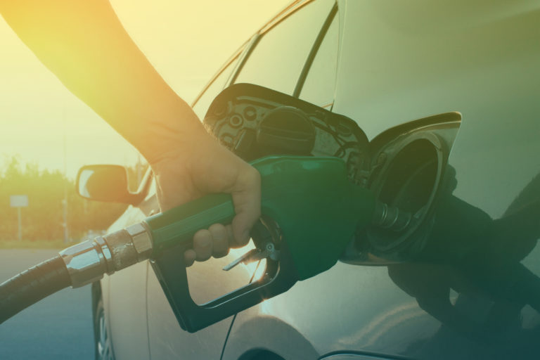 hand-guiding-the-fuel-in-the-car-2